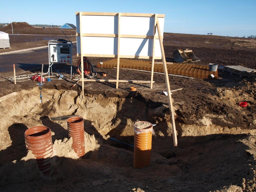 Der er gravet godt og grundigt hele vejen fra skelbrøndene langs nordsiden af huset.
