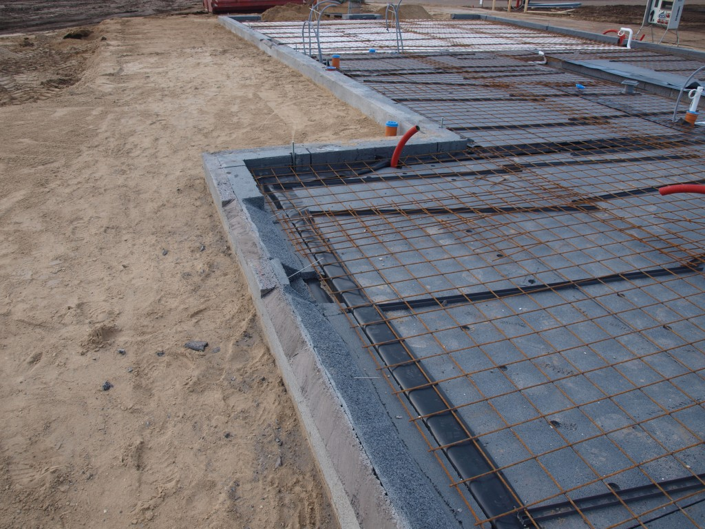 Isoleringen i fundamentsblokkene er krattet væk så der kan støbes gulv ud i vinduesfalsene.