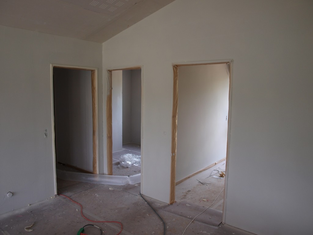 Den grå sprøjtespartel begynder at give væggene en ensartet farve, så det bliver helt færdigt at se på.