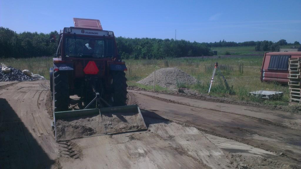 En traktor med bakskovl  kan være foruroligende præcis i Knud P's hænder! :)