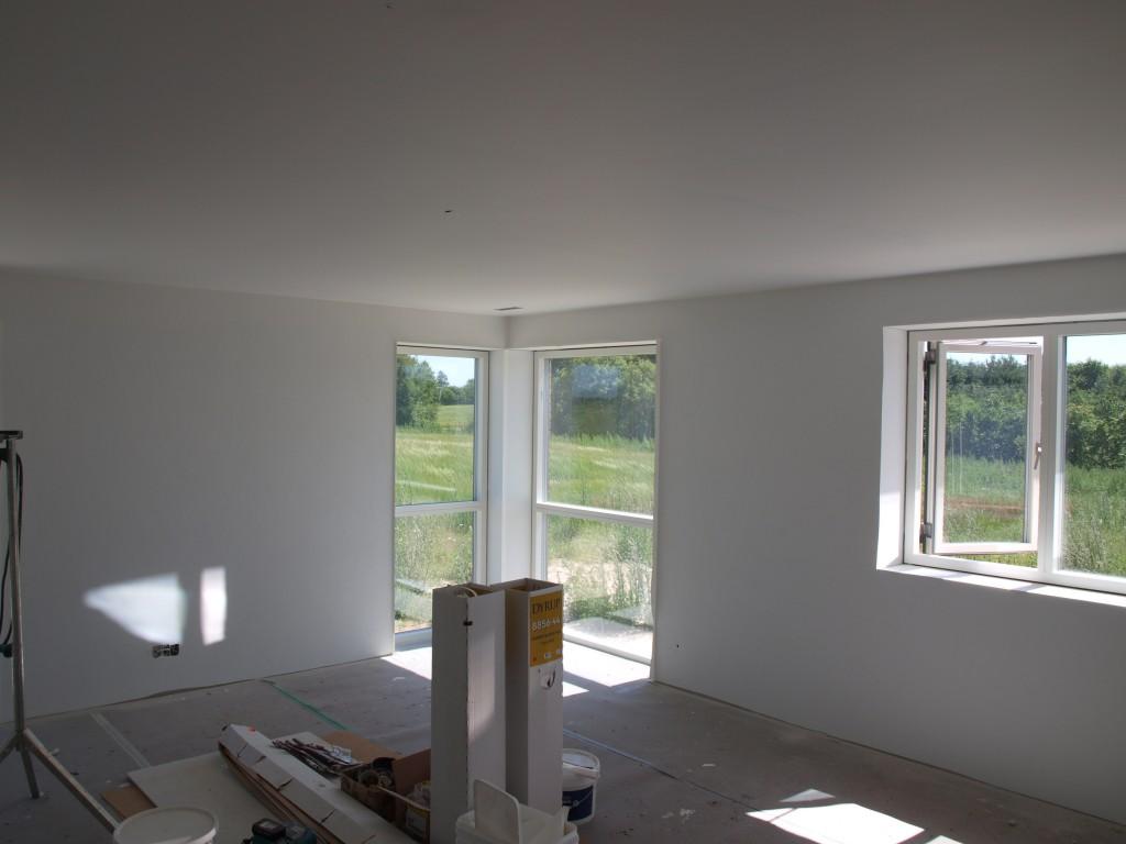 Midt på dagen har loftet fået første gang, mens væggene stadig står med umalet filt.