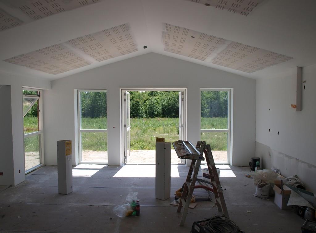 Malerne kan ikke sprøjtemale akustiklofterne, da der ikke må komme maling i hullerne.